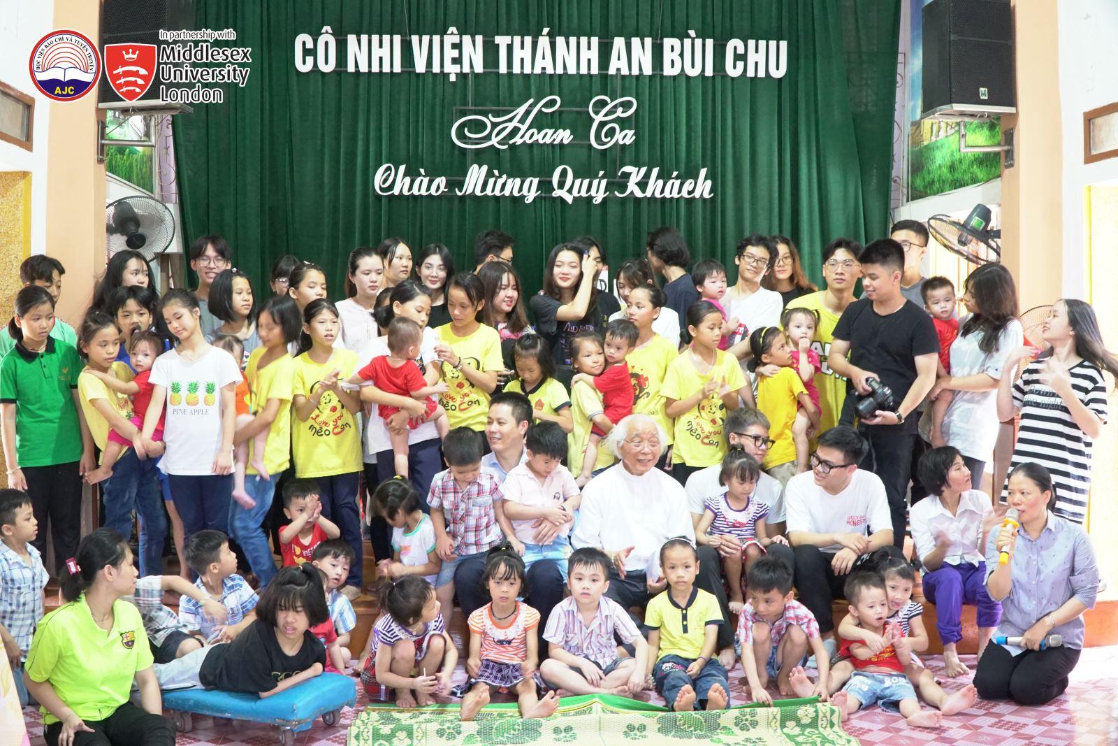 Hàng năm sinh viên Chương trình đều tổ chức hoạt động từ thiện tại Cô nhi viện Thánh An Bùi Chu