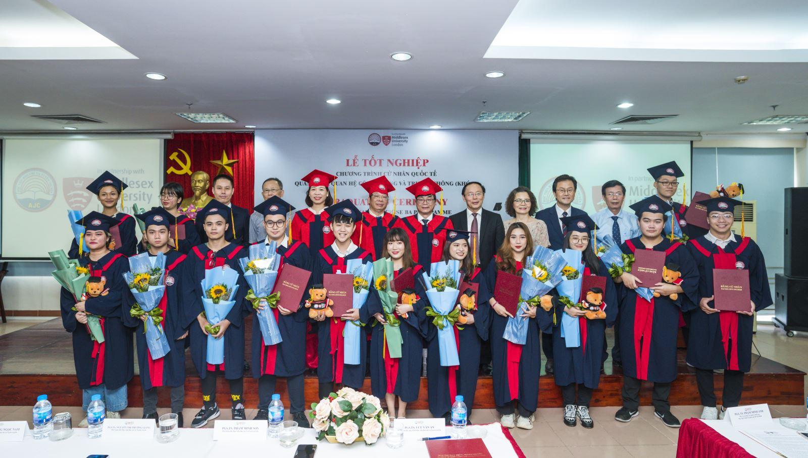 Sinh viên tốt nghiệp khóa I Chương trình Cử nhân quốc tế phần lớn làm việc cho các tổ chức quốc tế